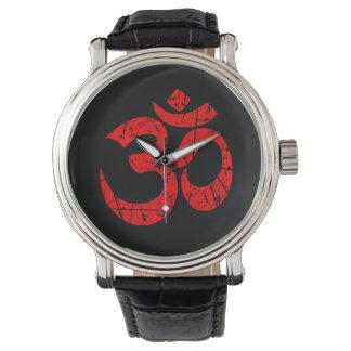 Símbolo vermelho riscado do OM da ioga no preto Relogios