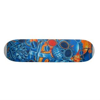 Skate azul e alaranjado dos crânios