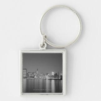 Skyline da cidade na noite chaveiro quadrado na cor prata