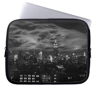 Sleeve Para Laptop Nuvens etéreos: Skyline de NYC, estado Bldg BW do