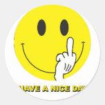 smiley face que dá o dedo adesivo em formato redondo