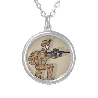 Soldado de ajoelhamento colar banhado a prata