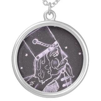 Soldado de brinquedo em preto e no roxo colar com pendente redondo