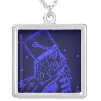 Soldado de brinquedo nos azuis marinhos colar com pendente quadrado