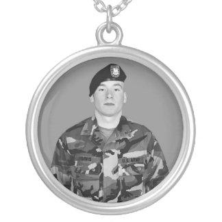 Soldado na colar redonda de Camo