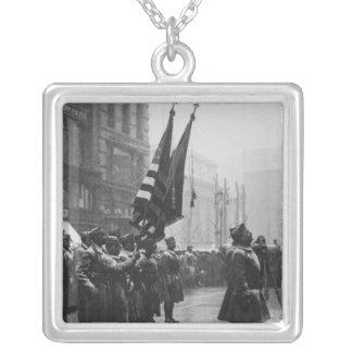 """Soldados do """"búfalo"""" que retornam as cores - 1919 colar com pendente quadrado"""
