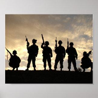 Soldados em silhuetas das forças armadas da poster
