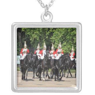 Soldados montados cavalaria do agregado familiar colar com pendente quadrado