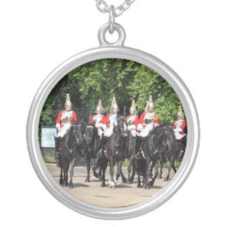 Soldados montados cavalaria do agregado familiar colar com pendente redondo