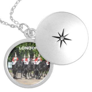 Soldados montados cavalaria do agregado familiar locket