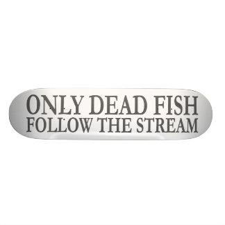 Somente os peixes inoperantes seguem o córrego shape de skate 19,7cm
