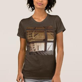 Sótão da escada & foto rural dos celeiros velhos t-shirt