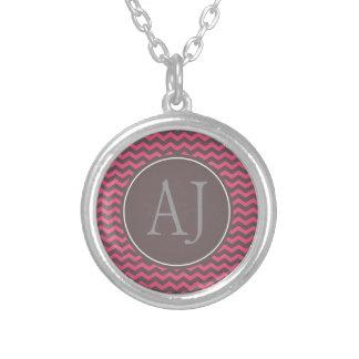 Stri cor-de-rosa e marrom elegante, na moda do colar banhado a prata