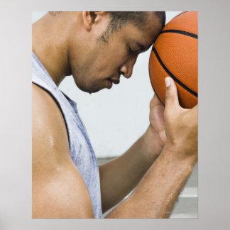 suando a testa de inclinação do homem no basqueteb pôsteres