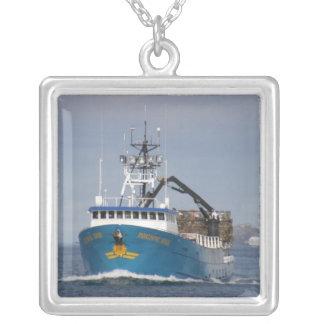 Sun pacífico, barco do caranguejo no porto holandê colar banhado a prata