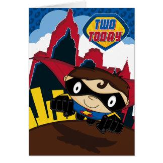 Super-herói bonito no cartão de aniversário da cen