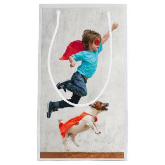 Super-herói do menino e do cão sacola para presentes pequena