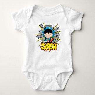 Superman de Chibi que despedaça-se através da T-shirt
