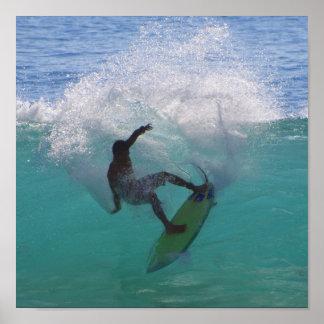 surfar em uma onda grande pôster