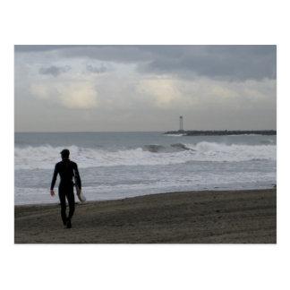 Surfista na caminhada cartão postal