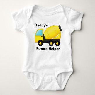 T-shirt A construção transporta o ajudante futuro do pai