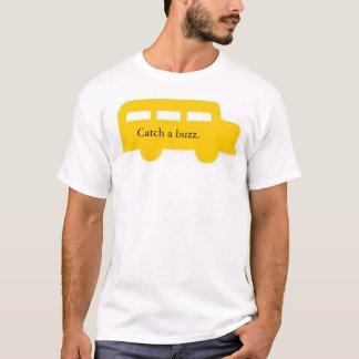 T-shirt a estratégia segura do bebendo