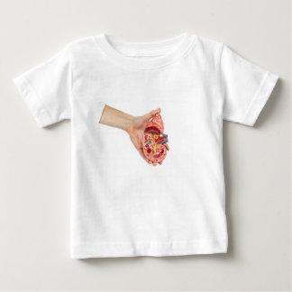 T-shirt A mão fêmea guardara o modelo do rim humano