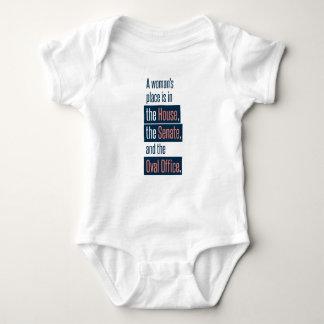 T-shirt do bebê do lugar de uma mulher
