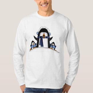 T-shirt do feriado dos homens do pinguim do Natal