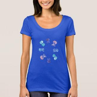 T-shirt do pescoço da colher das mulheres das