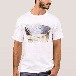T-shirt fim-acima de uma cebola, sendo cortado em fatias