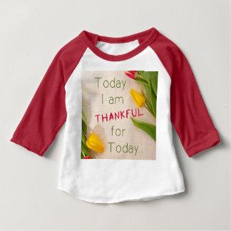 T-shirt grato do bebê