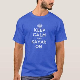 T-shirt Mantenha a calma e o caiaque sobre