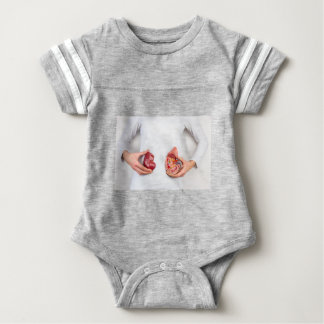 T-shirt Mãos que guardaram o modelo do órgão humano do rim