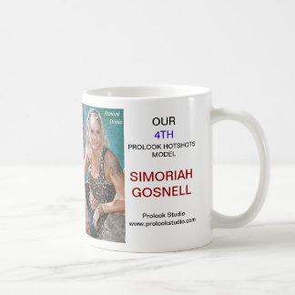 T-SHIRT MODELO SIMORIAH GOSNELL   DOS HOTSHOTS DE CANECA DE CAFÉ