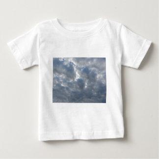 T-shirt O céu com as nuvens e o sol de cúmulo-nimbo dos