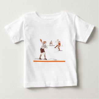 T-shirt O vintage caçoa o jogo de basebol dos meninos