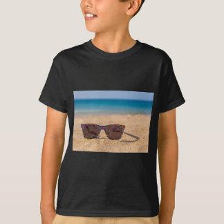 T-shirt Óculos de sol coloridos que encontram-se em