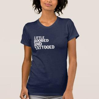 T-shirt Pouco Boobed e Tattooed
