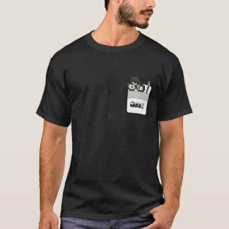 T-shirt Protetor do bolso com um geek e uma caneta