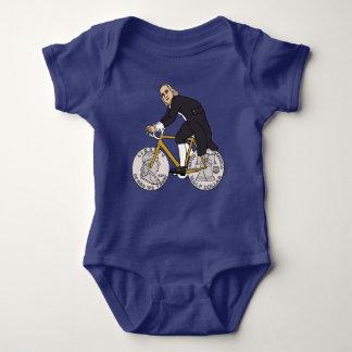 T-shirts Ben Franklin em uma bicicleta com as rodas do meio