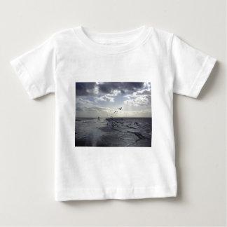 T-shirts Caminhantes & pássaros résistentes na borda da