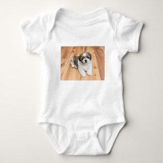 T-shirts Cão novo de Chu do qui que encontra-se no assoalho