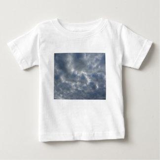 T-shirts Céu morno com as nuvens de cúmulo-nimbo dos