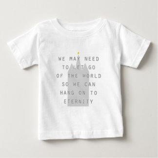 T-shirts deixado vá do mundo pendurar sobre aos lds da