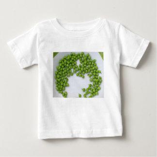 T-shirts Ervilhas verdes maduras em uma placa