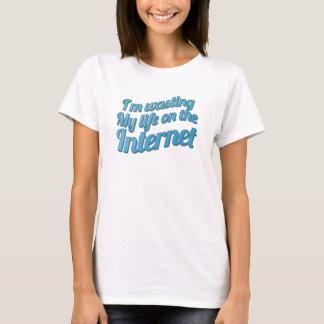 T-shirts Eu estou desperdiçando minha vida no Internet