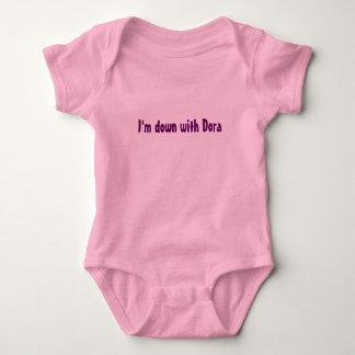 T-shirts Eu sou para baixo com Dora