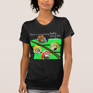 T-shirts Há algo duvidoso sobre este sushi