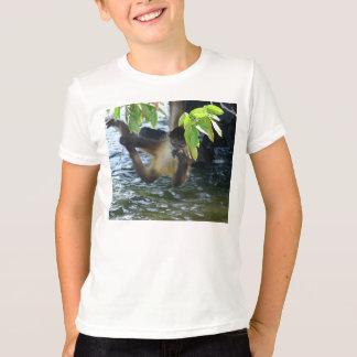 T-shirts Macaco que pendura sobre a água